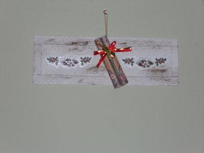 decoro natalizio su tavoletta di legno con strumento musicale