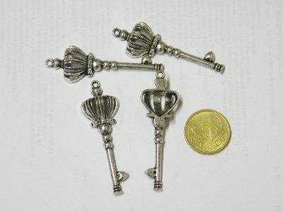 1 charm chiave grande con corona