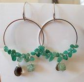 Orecchini a cerchio con cips di giada verde e pendenti in pietre dure