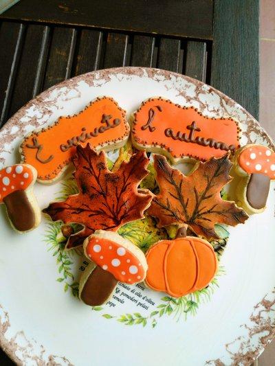 Biscotti autunnali decorati a mano