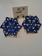 Orecchini realizzati ad uncinetto in cotone blu elettrico effetto lurex