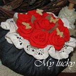 Cachepot fermaporta con rose in diversi colori.
