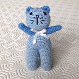 Gattino amigurumi azzurro con sonaglio, fatto a mano all'uncinetto