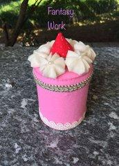 barattolo di latta rivestito di feltro, torta con fragole e panna