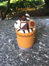 Barattolo di latta rivestito di feltro, decorato con cioccolatini di feltro