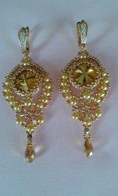 Orecchini pendenti con cristalli Swarovski dorati fatti a mano eleganti e raffinati