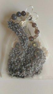 Bracciale infilato con perle grigie perla ed antracite realizzato in parte ad uncinetto con perline in tinta