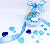 Alzatina contenente confetti decorati con pasta di zucchero