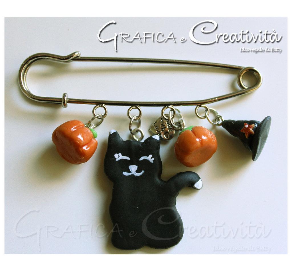 Spilla con decorazioni halloween: gatto nero, cappello da strega e zucca