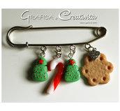 Spilla con decorazioni natalizie: alberello, bastoncino e biscotto