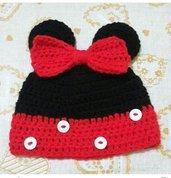 Cappellino di Minnie in lana realizzato ad uncinetto.