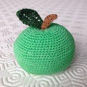 Mela verde amigurumi fatta a mano all'uncinetto