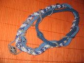 Collana di lana blu con perle