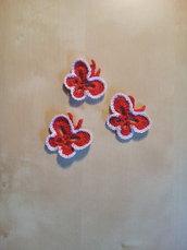 Set tre applicazioni farfalle a uncinetto per tessuti abiti bambini cameretta patch Farfalla rosso e bianco - tende - decorazioni tessili toppe fatto a mano