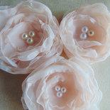 Fiori di stoffa con perle