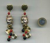 Orecchini pendenti con mori in ceramica di Caltagirone nei toni dell'oro, rosso e nero