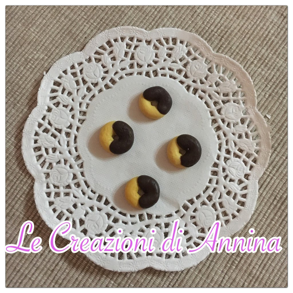 Miniature biscotti abbracci realizzati in pasta di mais