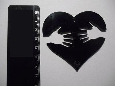 Outlet - ciondolo cuore con mani in plexiglass nero