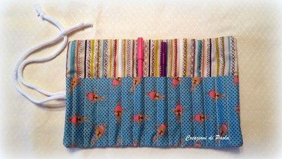 Porta pennarelli arrotolato con coniglietti azzurri