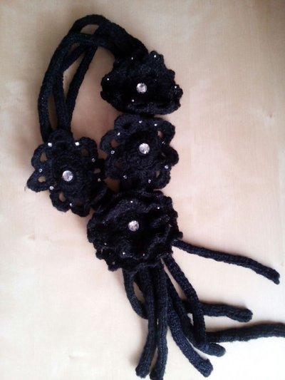 Scaldacollo nero uncinetto collana in lana con fiori e strass - gioiello fatto a mano - scaldacollo elegante idea regalo