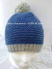 Cappello in lana blu e pom pom grigio