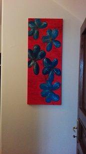 Quadro rosso con fiori blu