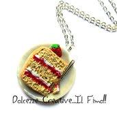 Collana Piatto fetta di torta con crema e marmellata di fragole con fragoline - miniature - idea regalo- fimo