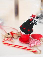 Mini cappello a maglia con pon pon.Copriuovo.Decorazione natalizia.Piccolo dono.Lana verde,ricamato.Fatto a mano.Accessorio cucina.Inverno