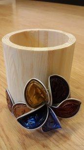 portapenne in legno decorato con cialde di caffè