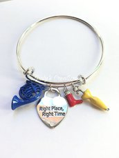 Bracciale con incisioni personalizzate Fatte a Mano rigido How I Met your Mother alla fine arriva mamma sitcom Corno blu francese ombrello giallo stivale rosso Right place Right time Giusto posto giusto tempo HIMYM