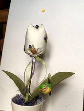 Vaso di ceramica bianca con tulipano di stoffa, fiore profumato, fiore sempreverde
