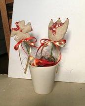 Vaso rotondo con due fiori di stoffa shabby chic, vaso di ceramica con fiori, fiori profumati