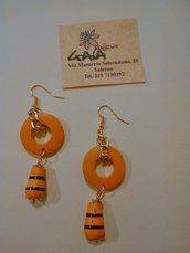 Orecchini in legno arancioni con cerchio e goccia
