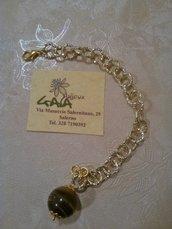 Bracciale con catena dorata in alluminio e sfera pendente in occhio di tigre