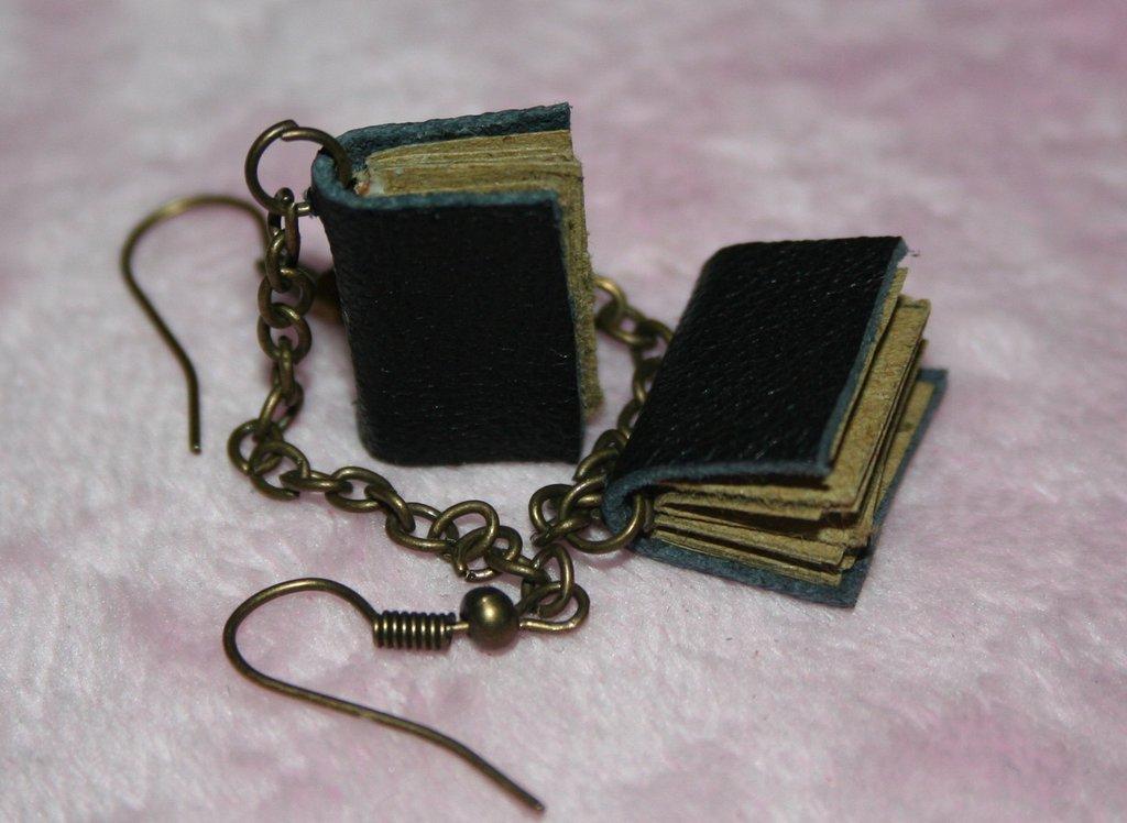 piccoli orecchini libro pendenti