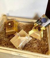 Tris di saponette provenzali gialle con cuscinetti damascati