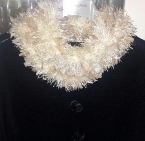 Sciarpa-scaldacollo  con piuma e seta realizzata ai ferri con un filato in misto lana Gatto