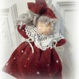 Bambola in pannolenci e pizzo.
