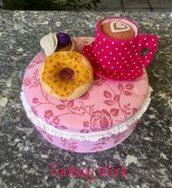 Scatola di latta rivestita di feltro e decorata con tazza e dolcetti di feltro