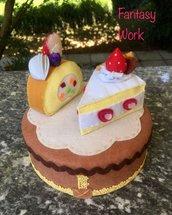 Scatola di latta rivestita di feltro, decorata con due fette di torta