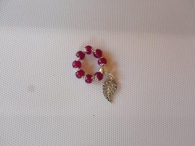 anello perle di radice di rubino e foglia elastico regolabile