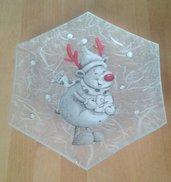Piattino esagonale in vetro decorato con renna, fiocchi di neve e sfondo bianco con brillantini