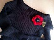 spilla fiore lana a uncinetto fatta a mano rosso nero verde con bottone vintage - regalo natale