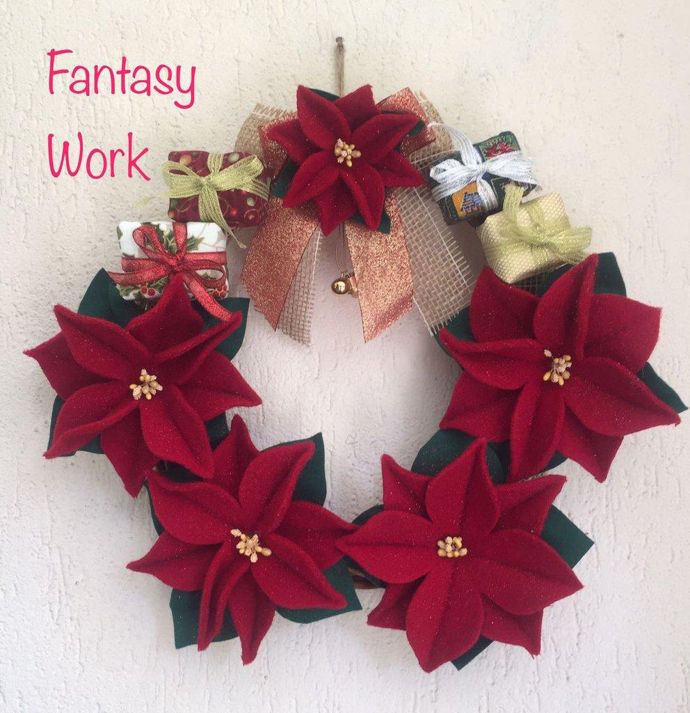 Ghirlanda fuori porta con stelle di natale e pacchetti regalo fes su misshobby - Ghirlanda porta natale ...