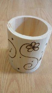 portapenne in legno inciso con il pirografo