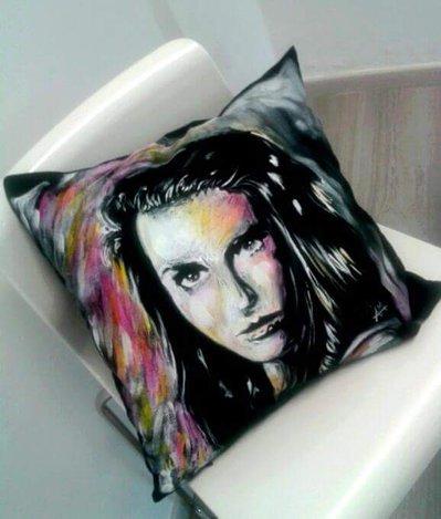 Cuscino dipinto a mano. Volto donna