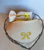 Cestino di ferro brunito a forma di cuore con lavette e sacchettino profuma biancheria