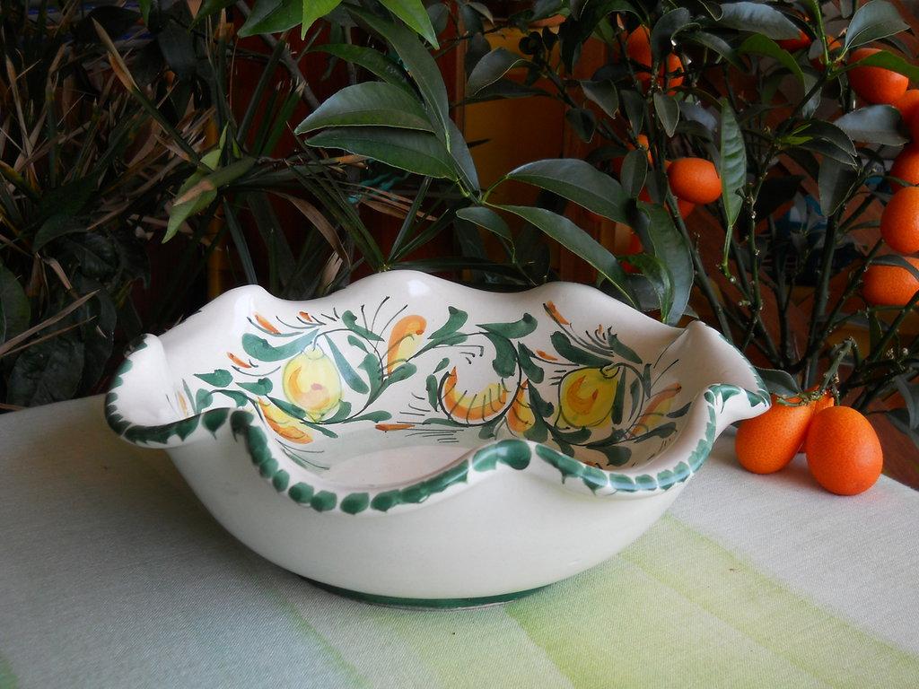 Ciotola in ceramica siciliana. ciotola decorata a mano con limoni