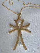 collana con ciondolo croce in metallo dorato e perle