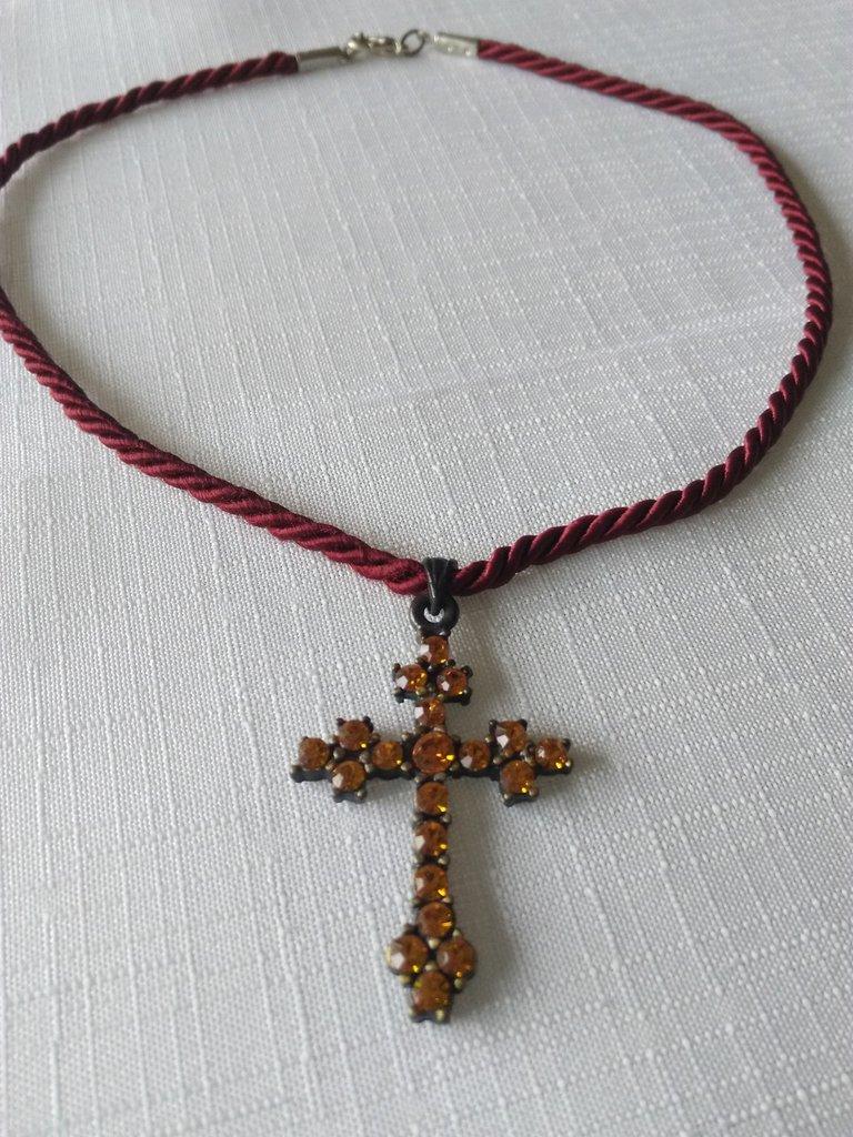 collana con cordino  e ciondolo croce